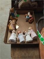 4 SINGING PORCELAIN ANGELS,  PARTS OF 2 NATIVITY