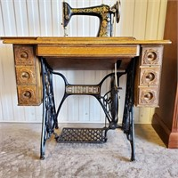 1917 SINGER Model 66 Sewing Machine