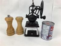Salière, poivrière en bois, moulin à café en fonte