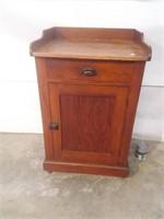 Table d'appoint à tiroir et armoir en bois