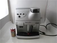 Cafetière avec broyeur de grain de café et