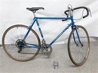 (C) Vélo de course vintage Peugeot